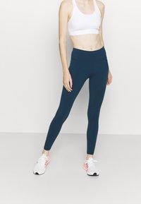 Sweaty Betty - POWER WORKOUT LEGGINGS - Medias - beetle blue - 0