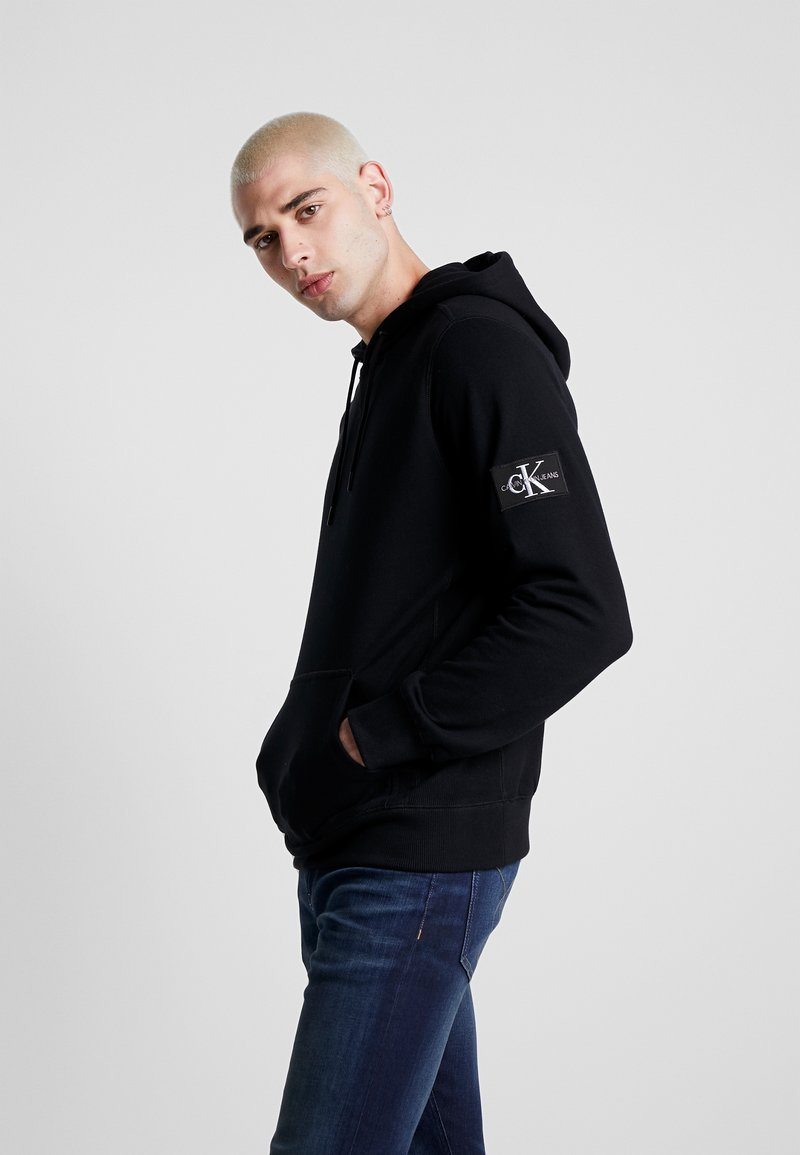Calvin Klein Jeans - MONOGRAM SLEEVE BADGE HOODIE - Sweat à capuche - black