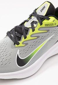 Nike Performance - ZOOM WINFLO 7 - Neutral running shoes - light smoke grey/black/volt/white - 5