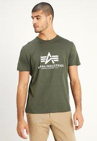 Alpha Industries - RAINBOW  - Print T-shirt - dark oliv - 0