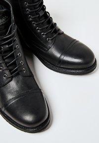Pepe Jeans - TOM CUT PREMIUM - Šněrovací kotníkové boty - black - 5