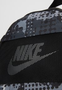 Nike Sportswear - Batoh - black/light smoke grey - 6