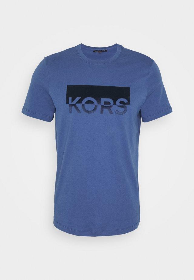 SPLIT BLOCK TEE - Camiseta estampada - marine blue