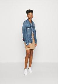 Tommy Jeans - TRUCKER  - Denim jacket - mid blue rigid - 1