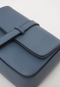 FREDsBRUDER - RONI - Across body bag - modern blue - 2