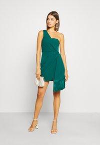 Forever New - ASSYMETRIC MINI - Koktejlové šaty/ šaty na párty - emerald - 1