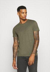 Burton Menswear London - SHORT SLEEVE CREW 5 PACK - T-shirt basic - burgundy/olive - 6