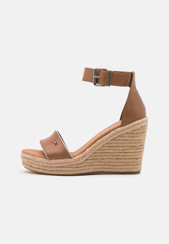 ESSENTIAL WEDGE - Sandalen met plateauzool - summer cognac