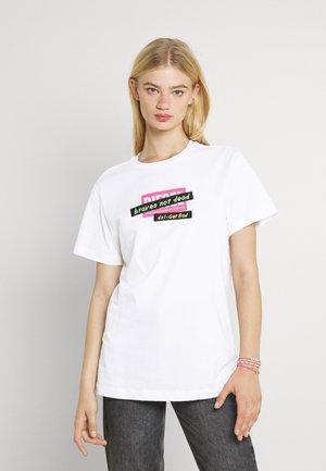 DARIA - T-shirt z nadrukiem - white