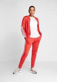adidas Performance - ESSENTIALS 3STRIPES SPORT TRACKSUIT - Tuta - glow red - 1