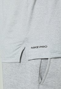 Nike Performance - T-Shirt basic - smoke grey/light smoke grey/heather/black - 5
