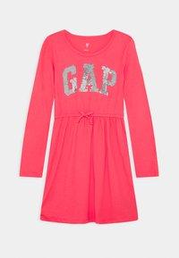 GAP - GIRLS FLIP LOGO DRESS - Jerseyklänning - rosehip - 0