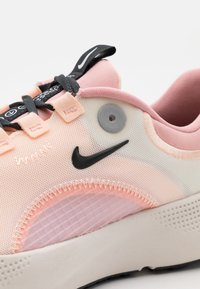 Nike Performance - REACT ESCAPE RN - Nøytrale løpesko - sail/dark smoke grey/pink glaze/crimson tint/phantom - 5
