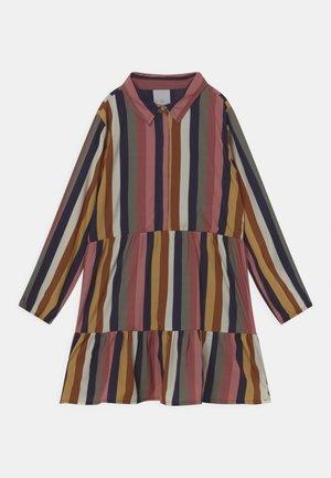 VAIN DRESS - Sukienka koszulowa - rumba red