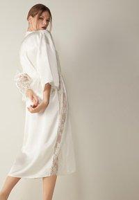 Intimissimi - SEIDENMORGENMANTEL - Dressing gown - talco - 2
