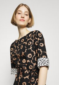 Marimekko - ILMAAN MINI UNIKKO DRESS - Shift dress - brown/black - 4