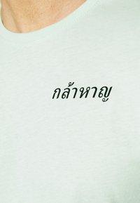 YOURTURN - T-shirt med print - green - 4