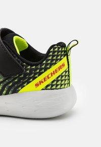 Skechers Performance - GO RUN 600 BAXTUX UNISEX - Obuwie do biegania treningowe - yellow/black/red - 5