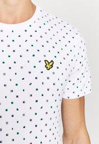 Lyle & Scott - FLAG - T-shirt med print - white - 7