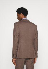 Isaac Dewhirst - PLAIN SUIT - Kostym - brown - 2