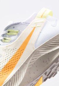 Nike Performance - PEGASUS TRAIL 2 - Běžecké boty do terénu - pure platinum/laser orange/fossil - 5