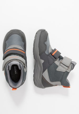 KURAY BOY - Zimní obuv - grey/orange