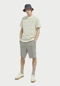 Scotch & Soda - T-shirt med print - light yellow - 1