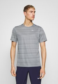 Nike Performance - DRY MILER - Camiseta estampada - smoke grey/reflective silver - 0