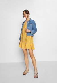 Superdry - DAISY BEACH DRESS - Korte jurk - yellow floral