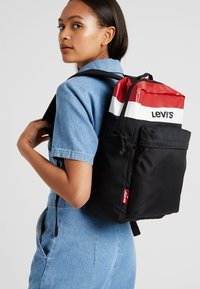 Levi's® - PACK STANDARD ISSUE COLORBLOCK - Reppu - brilliant red - 6