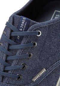 Jack & Jones - Sneakersy niskie - navy blazer - 5