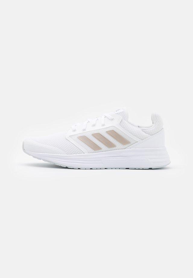 GALAXY 5 - Zapatillas de running neutras - footwear white/champagne metallic/halo blue