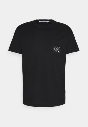 MONOGRAM BADGE POCKET TEE - T-shirt con stampa - ck black