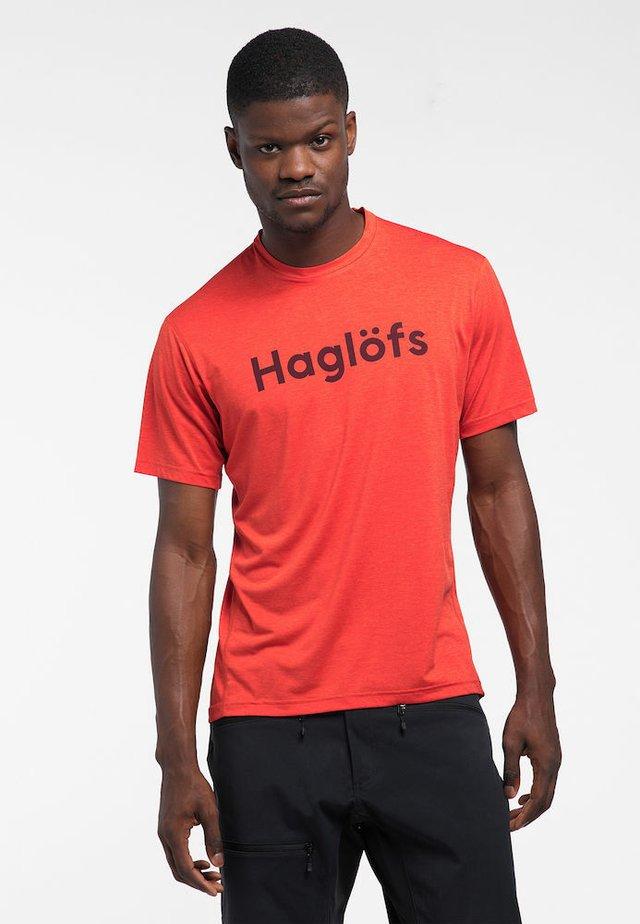 RIDGE TEE - Print T-shirt - habanero