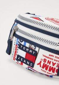 Tommy Jeans - HERITAGE BUMBAG PRINT - Marsupio - white - 2
