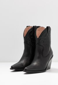 Bronx - NEW KOLE - Cowboy/biker ankle boot - black - 4