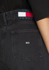 Tommy Jeans - MOM JEAN HR TPRD BF TJSBKR - Relaxed fit jeans - tj save fa black rig - 5