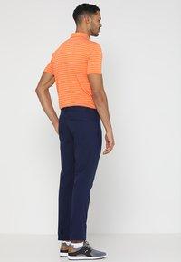 Puma Golf - TAILORED JACKPOT PANT - Kalhoty - peacoat - 2