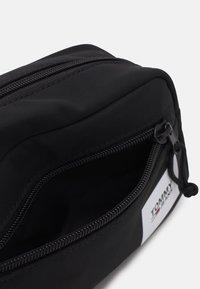 Tommy Jeans - URBAN WASHBAG UNISEX - Kosmetická taška - black - 3