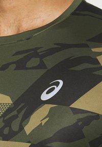 ASICS - FUTURE CAMO - T-shirts print - smog green - 5