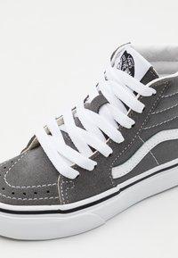 Vans - SK8 UNISEX - Zapatillas altas - pewter/true white - 5
