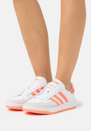 MODERN COURT - Sneakers - footwear white/sign coral/clear black