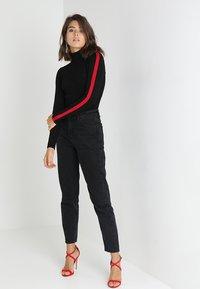 Morgan - MENTOI - Sweter - noir/rouge - 1