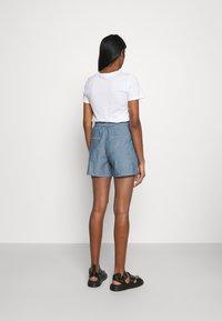 Vero Moda - VMAKELA CHAMBRAY PAPERBAG  - Shorts - medium blue denim - 2