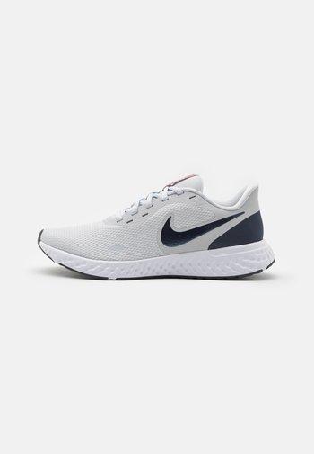 REVOLUTION 5 - Chaussures de running neutres - pure platinum/thunder blue/chile red/white
