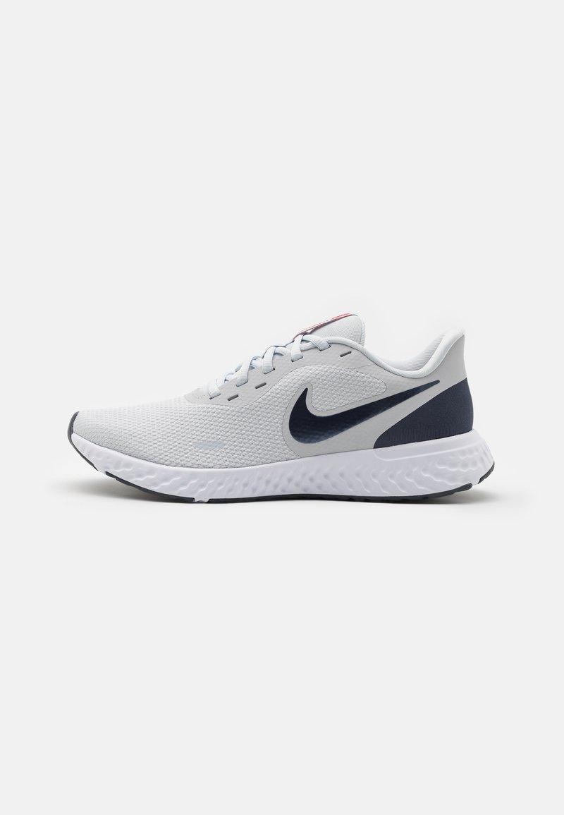 Nike Performance - REVOLUTION 5 - Zapatillas de running neutras - pure platinum/thunder blue/chile red/white