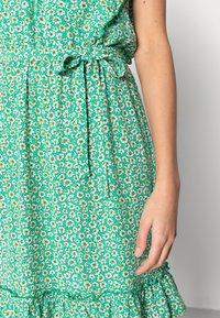 Esqualo - DRESS RUFFLES FIELD FLOWER - Hverdagskjoler - green - 4