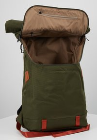 Doughnut - CHRISTOPHER - Rucksack - army with rust straps - 5