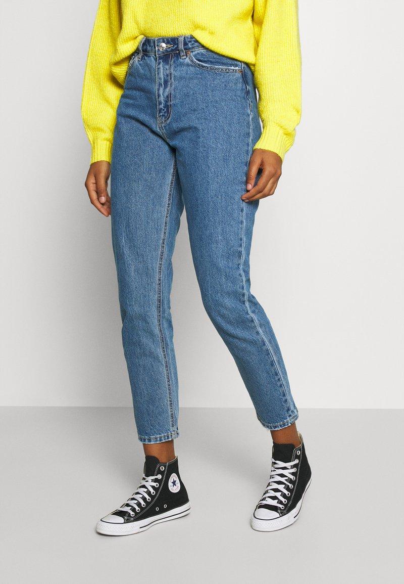 Vero Moda - VMJOANA MOM ANKLE - Relaxed fit jeans - medium blue denim