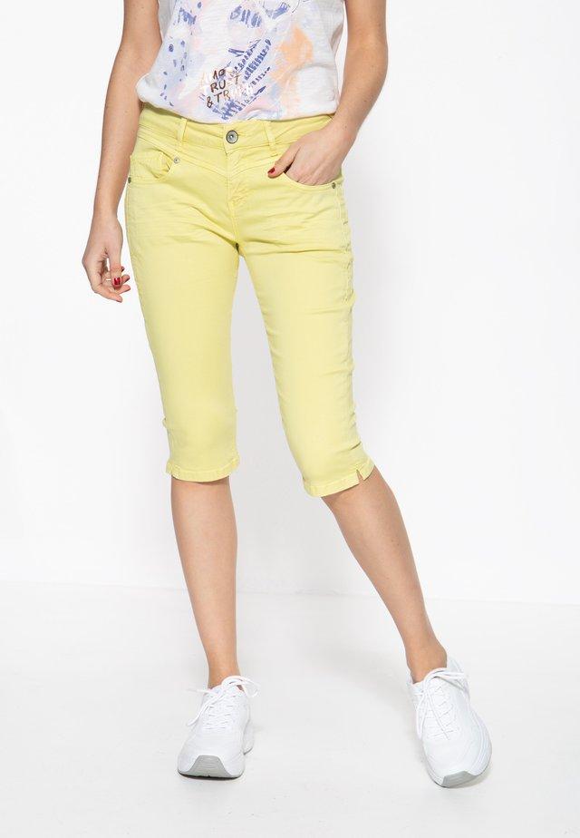 MIT SCHLITZ ZOE - Jeansshort - gelb